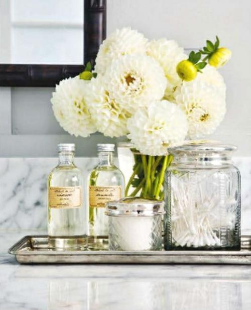 Einrichtungsideen fürs kleine Badezimmer blumen vasen