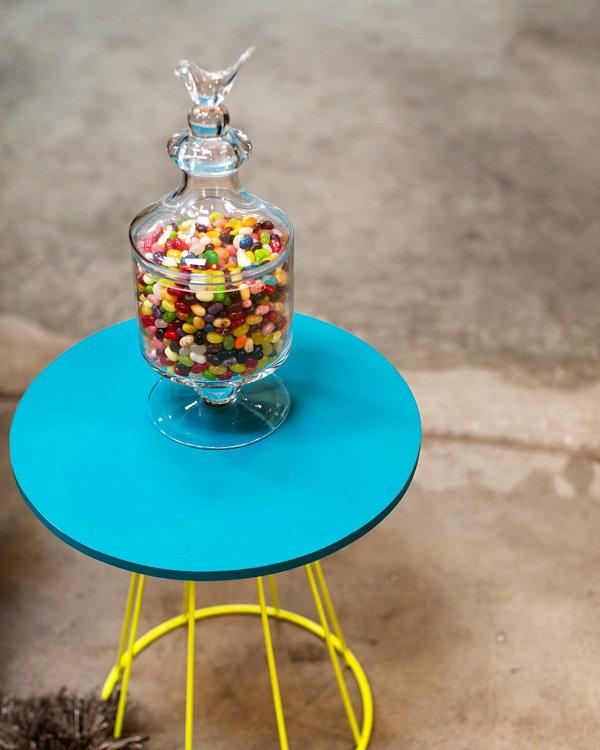 coole inneneinrichtung in bunten farben deckel glas bonbons