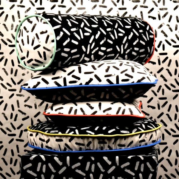 coole inneneinrichtung in bunten farben wurfkissen weiß schwarz