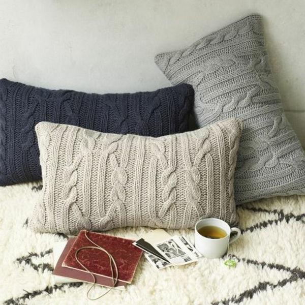 dekokissen kuschelig und warm aus gestrickten pullis