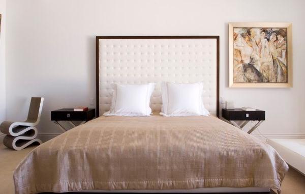 designer stühle großes doppelbett mit weißem-kopfteil aus leder