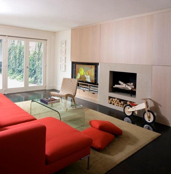 designer stühle korallenrote couch und schrankfronte aus hellem holz