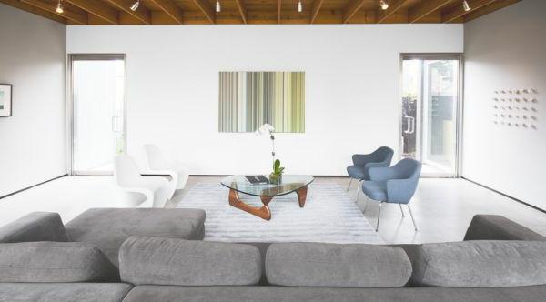 designklassiker elegante stühle in weiß und pastellblau