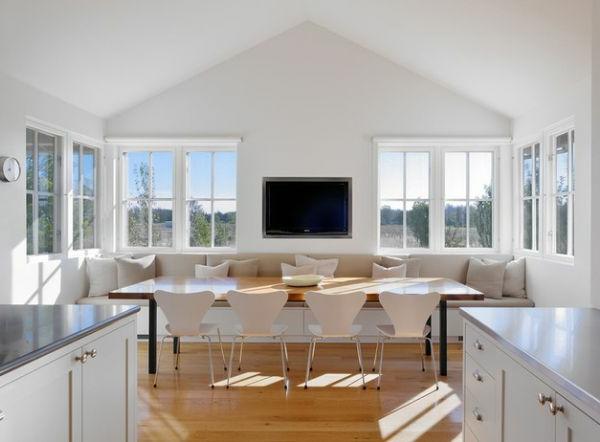 designklassiker großzügiger esstisch und weiße stühle