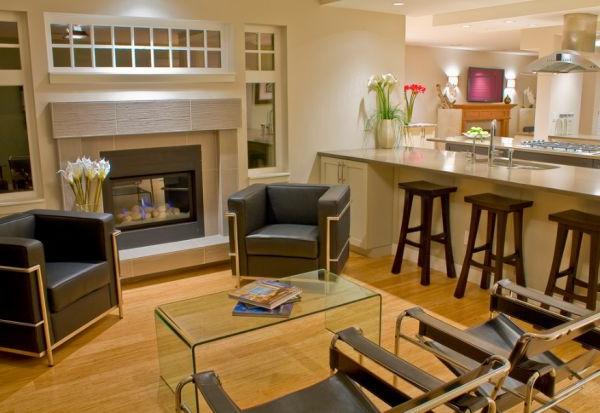 designklassiker ikonische stühle und durchsichtiger beistelltisch