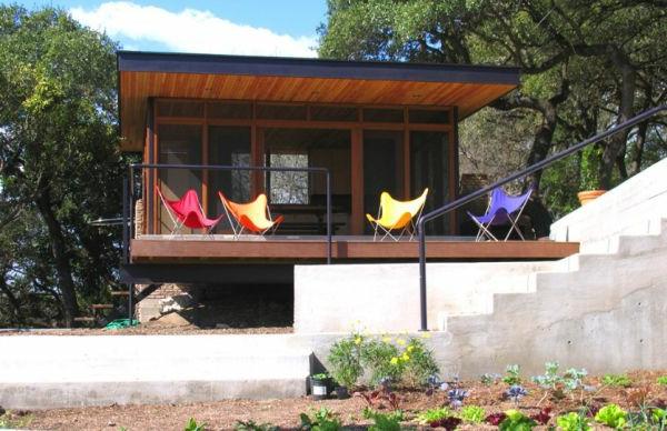 designklassiker klappstühle bunt auf der veranda