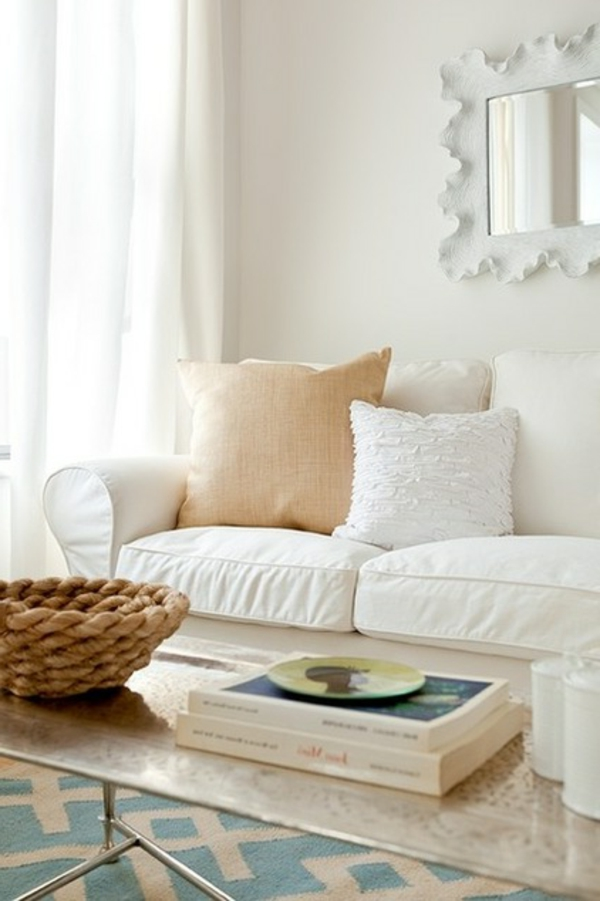 einzimmerwohnung weißer ornamenten spiegel geflochtene schale
