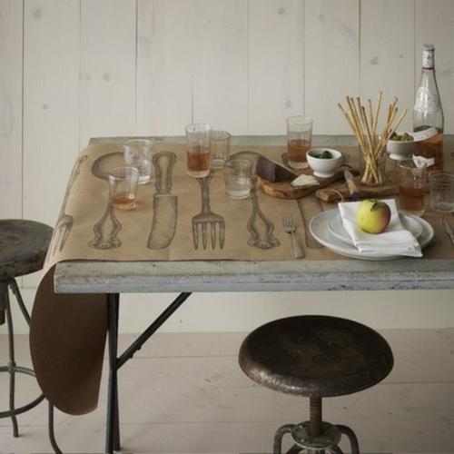 festliches essen rustikaler tisch mit hockern im industrielen stil