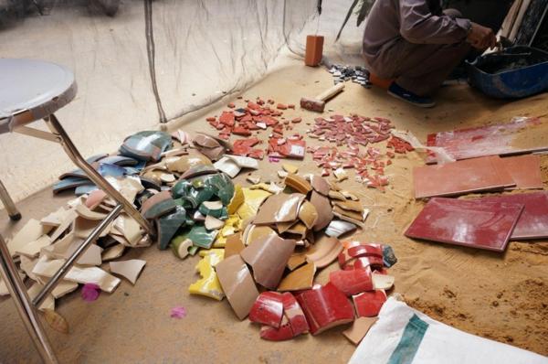 gebrochene keramisch tassen teller bunt mosaik wand