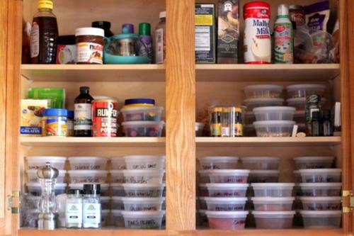 gewürzaufbewahrung vitrinenschrank mit vielen plastikbehältern