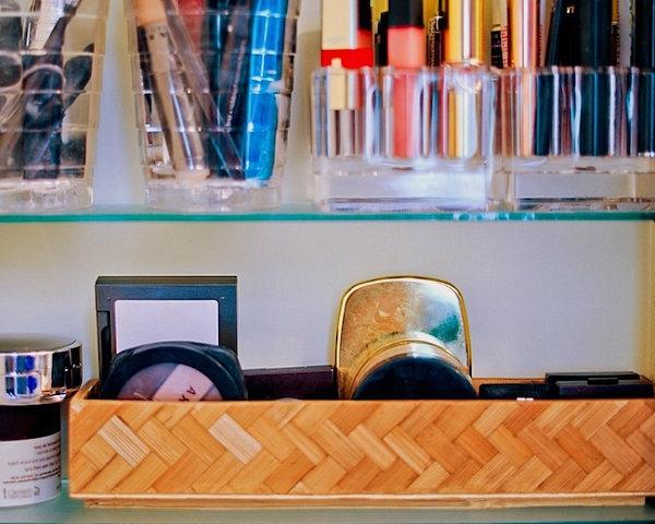 heimwerken makeup regal mit gläsern und geflochtenen schalen