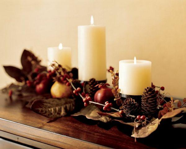 Kerzen herbstlich dekorieren mit Blättern und Beeren