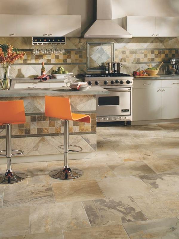 küchenboden Tresensockel und Küchenrückwand mit Fliesen verkleidet