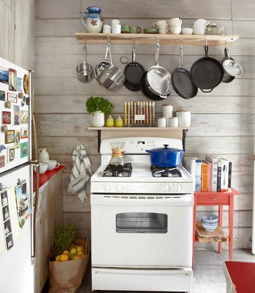 küchenideen offene regale und hängende töpfe