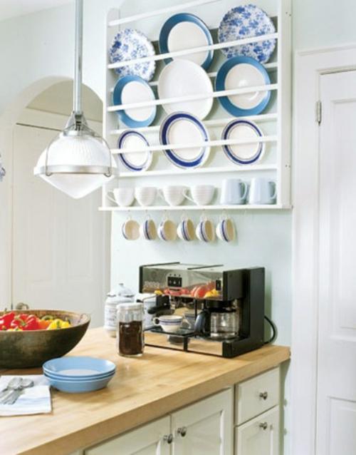 küchenideen tellerregal und hängende tassen