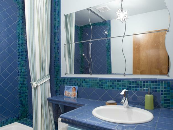 keramikfliesen im bad in blau und grün
