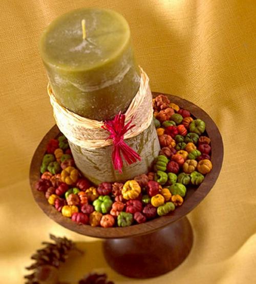 kerzen dekoration olivengrüne stumpenkerze bunte beeren