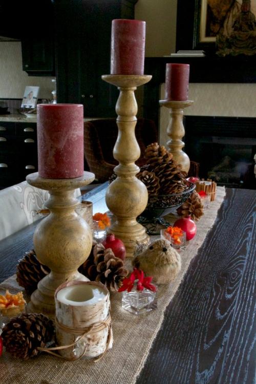 kerzen dekoration weinrot auf drei holzkerzenständer