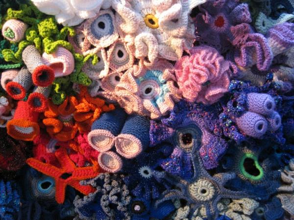 kunst aus alltagsgegenständen korallenriff gestrickt