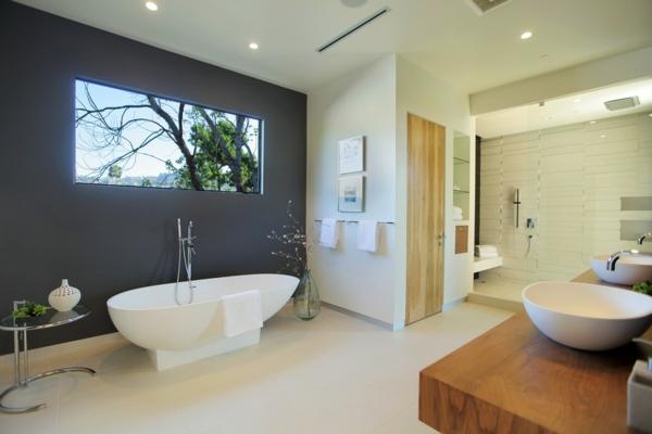 Dunkelgraue Wand luxushaus mit wasserelementen und modernem design in kalifornien