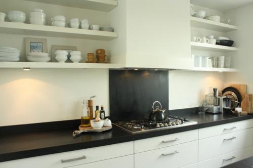 offene küchenregale arbeitsplatte aus schwarzem granit