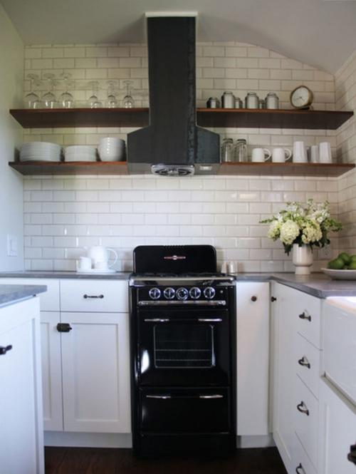offene küchenregale aus dünnen holzplatten
