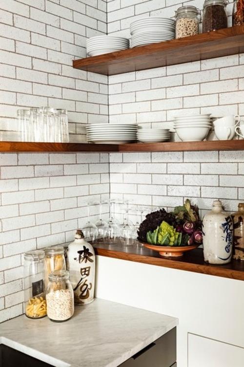 offene küchenregale in der ecke ziegelwand in weiß