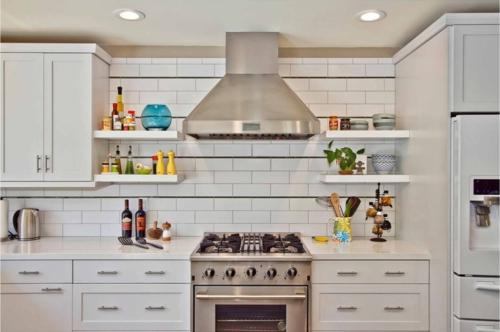 offene küchenregale küchenrückwand mit weißen fliesen