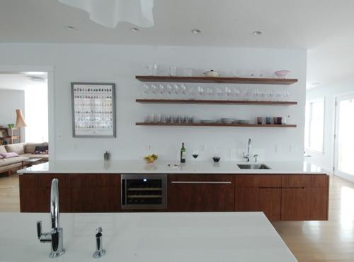 offene küchenregale mit langen brettern aus dunklem holz