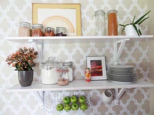 offene küchenregale tapete mit retro mustern