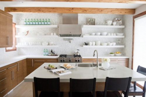 offene küchenregale und deckenbalken aus hellem holz