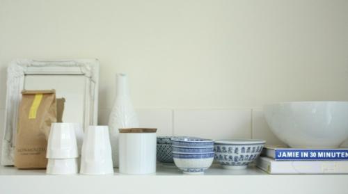 offene küchenregale weiße wandfliesen china schalen