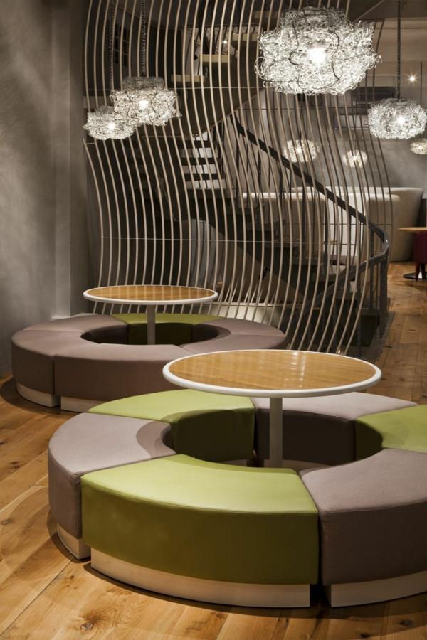 rund klein tisch holz platte gepolstert sitzplatz grün grau
