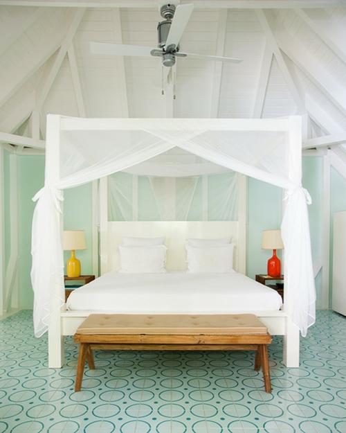 schlafzimmer baldachin aus durchsichtigen weißen gardinen