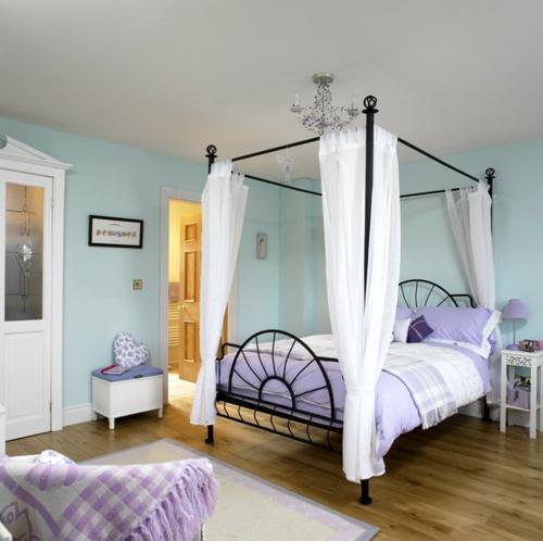 schlafzimmer doppelbett mit metallenen rahmen