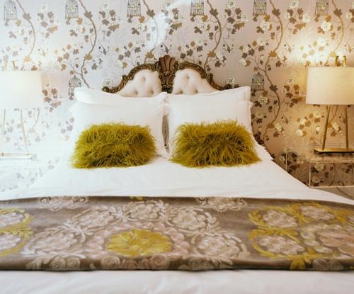schlafzimmer gestalten florale muster und fell kissen