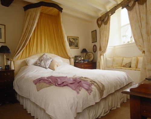 schlafzimmer gestalten königlich mit baldachin