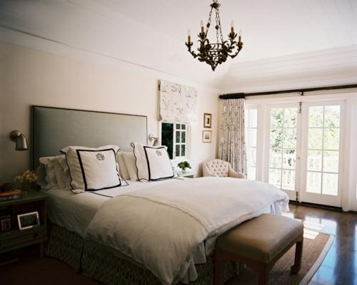 schlafzimmer gestalten stilvoll mit kronleuchter im barockstil