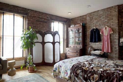schlafzimmer offene ziegelwände und paravent
