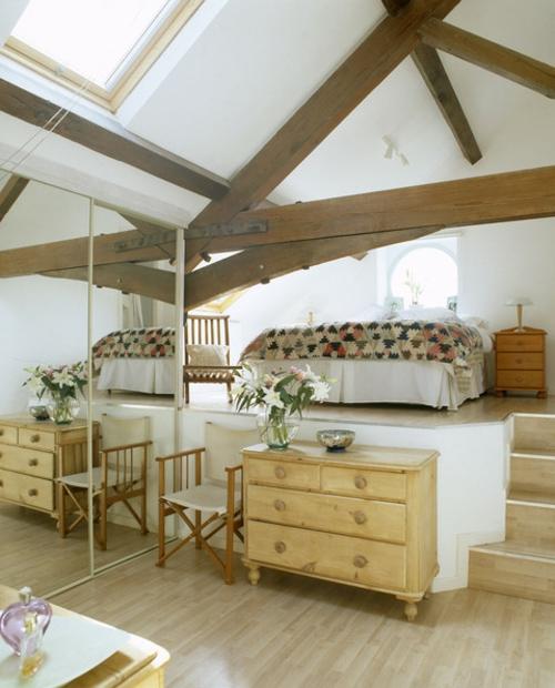 schlafzimmer gestalten Kommode aus hellem Holz und Spiegelschrank