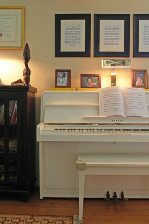 sparsame Dekoideen für die Feiertage traditionell klavier musik spielen