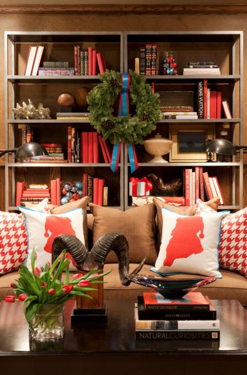 sparsame Dekoideen für die Feiertage wohnzimmer kissen sofa regale kranz
