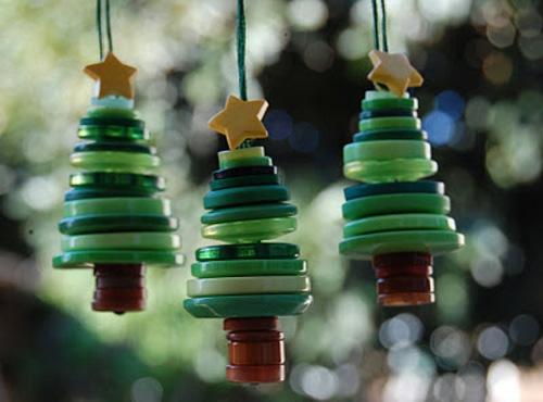 weihnachtsbasteln anhänger christbäume aus knöpfen