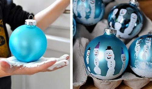 weihnachtsbasteln kreative christbaumkugeln mit handabdrücken