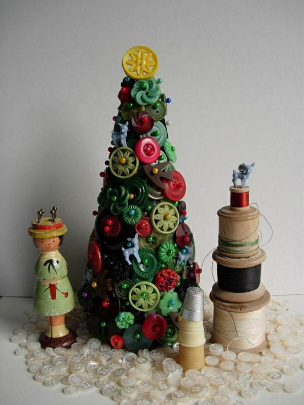 weihnachtsbaum basteln aus bunten knöpfen mit nadeln befestigt