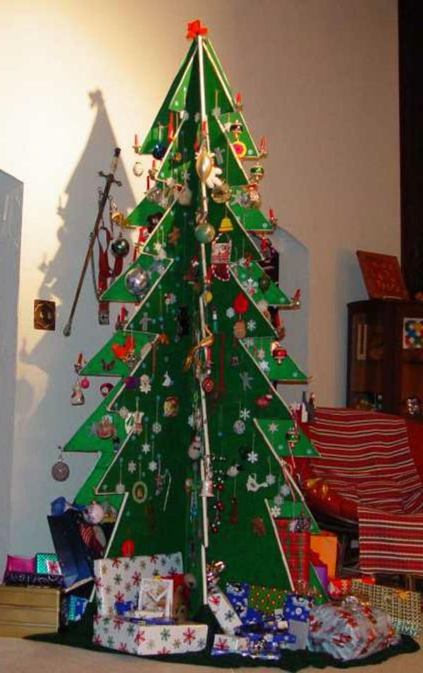 weihnachtsbaum basteln aus karton mit reichem schmuck