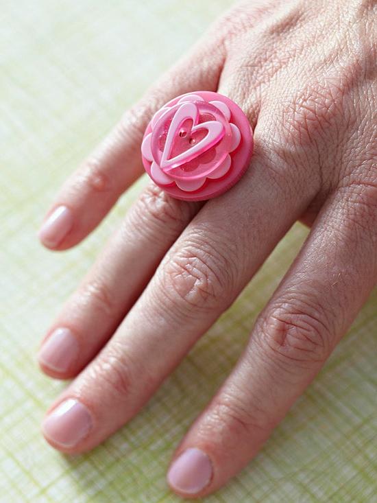 weihnachtsgeschenke basteln ring aus pinken knöpfen