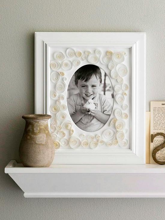 weihnachtsgeschenke umrahmtes kinderfoto mit gerolltem papier verziert