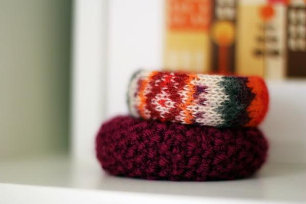wintermode armreifen mit bunten gestrickten textilien