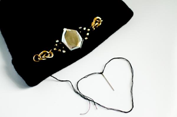 wintermode schicke schwarze mütze mit schmuck